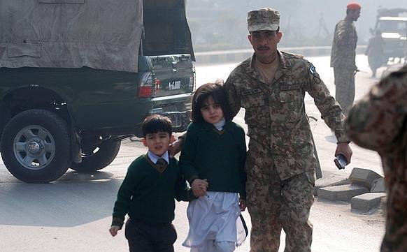 Al menos 141 muertos, la mayoría niños, en un ataque talibán contra una escuela de Pakistán