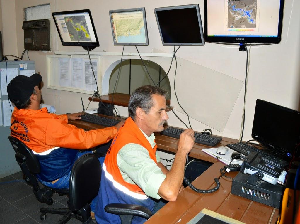 Os agentes Igor Cruz e Antonio Carlos Freire, que são radioamadores, monitoram as condições do tempo no Centro de Monitoramento e Comunicação da Defesa Civil