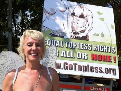 Puluhan Wanita Kampanye Telanjang Dada