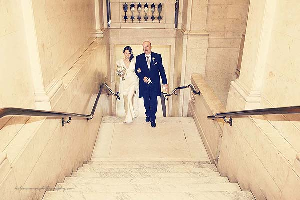 bride arriving with father at Marylebone Town Hall wedding