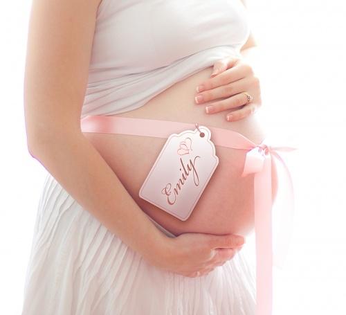 Foto de grávida com laço na barriga