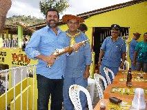 Cel. Nogueira recebe garruncha do artesão Lenilson Ferreira.