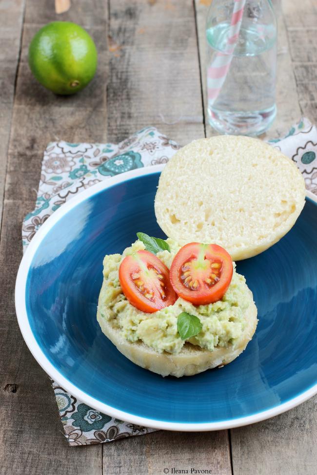 panini homemade al latte di soia  ( a  lievitazione naturale ) con avocado, tahina e pomodoro ( vegan )