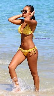 المغنية الانكليزيي السمراء لي آن بينوك بالبكيني الأصفر في جامايكا