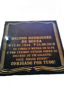 inscrição de granito preto em forma de livro