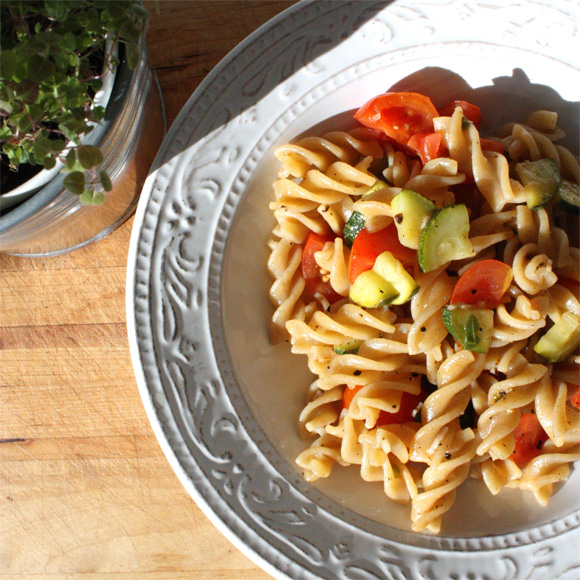 elly 39 s art pasta mit zucchini tomate. Black Bedroom Furniture Sets. Home Design Ideas