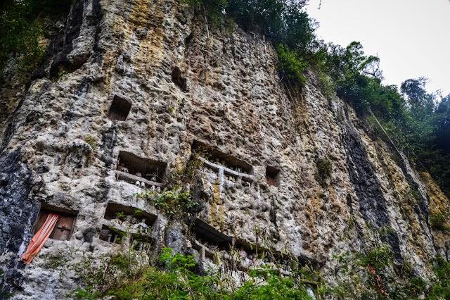 Tanah adalah elemen suci bagi orang Toraja. Sehingga makam dibuat di atas tebing.