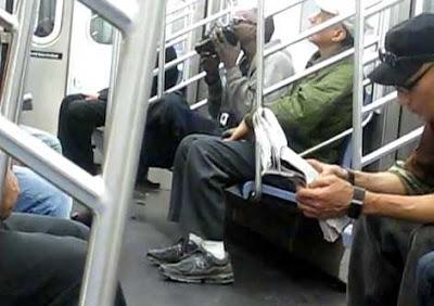 靴を舐める男