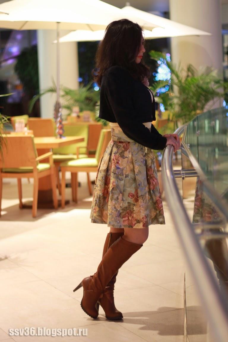 Полез мне рукой под юбку