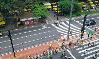 Avenida Paulista vista do 2º piso do MASP