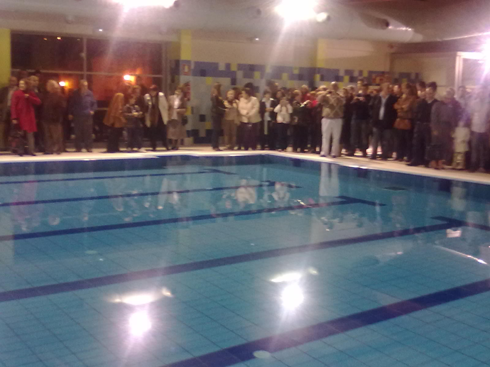 Aficionado la piscina cubierta y la pista de p del for Piscinas picornell padel