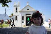 . e está cercada por outros fortes menores. A capela de Santa Bárbara, .