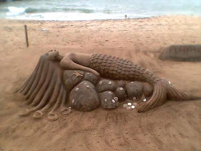 Escultura: sirena hecha de arena