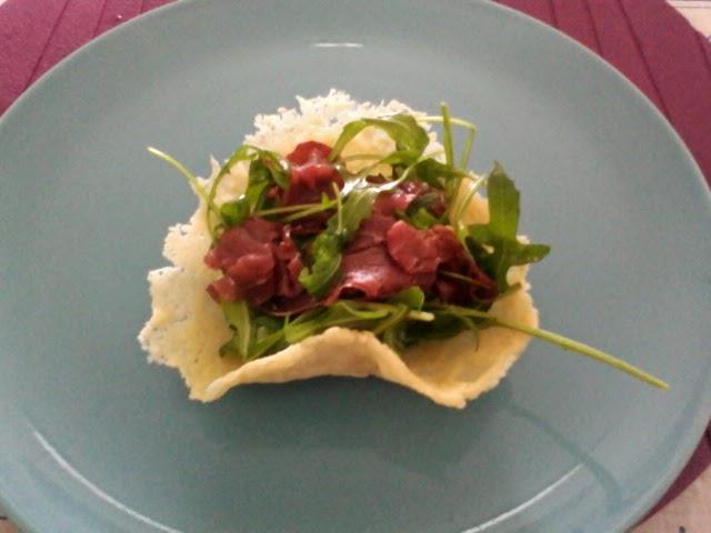 cestini di parmigiano con bresaola e rucola