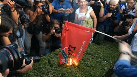 Αγροτικές κινητοποιήσεις: Έκαψαν τη σημαία του ΣΥΡΙΖΑ στις Σέρρες