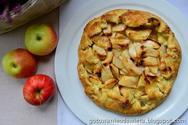 Tarta z jabłkami w rustykalnym stylu