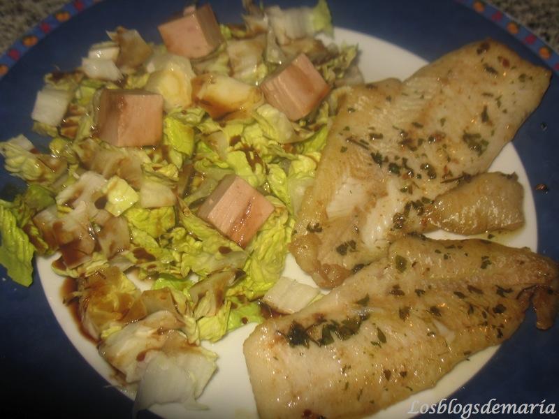 Filete de merluza al ajoperejil con ensalada al pedro jimenez