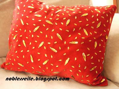 boncuk işlemeli kadife yastık