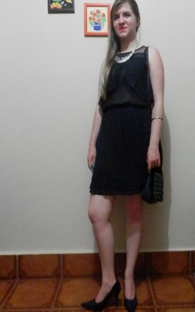 Look: Vestido com transparência preto