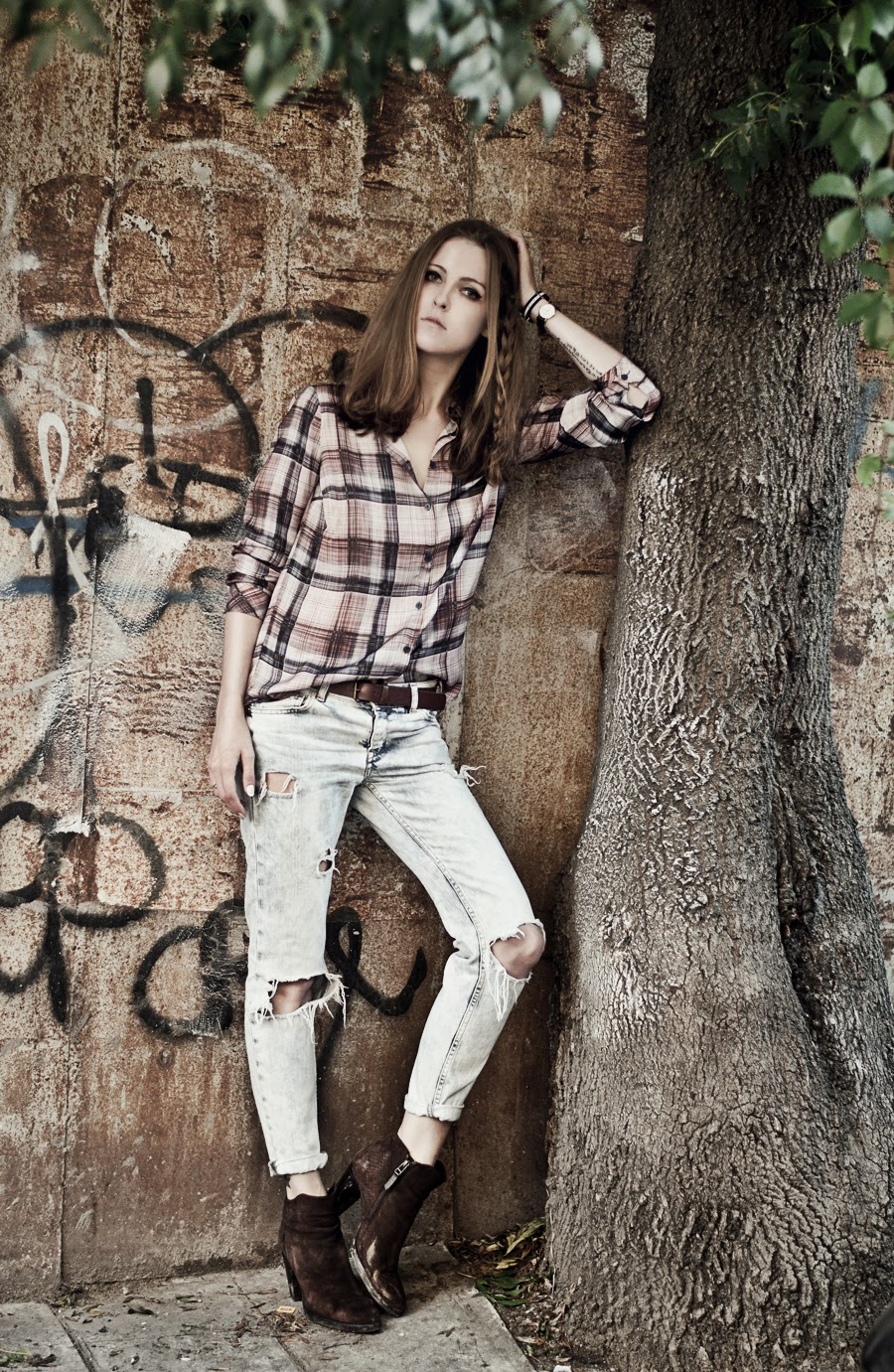 russian fashion blogger, istanbul streetstyle, forest editorial, fashion street style details, checked shirt outfit, boyfriend cut jeans outfit, mango street, zara people