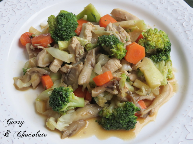Salteado de pollo con setas, verduras y salsa de soja