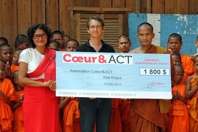 Donation de l'ONG Coeur et Act pour la scolarité des novices. Photo Christophe Gargiulo - CGF Foundation