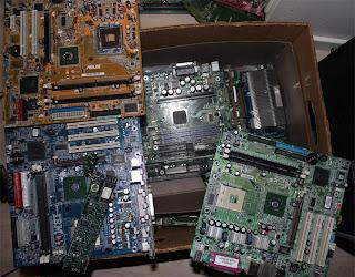 Sista lådan med moderkort, processorerna är bortplockade. Säljes som elektronikskrot. Palladium, Silver, Guld mm går att återvinna