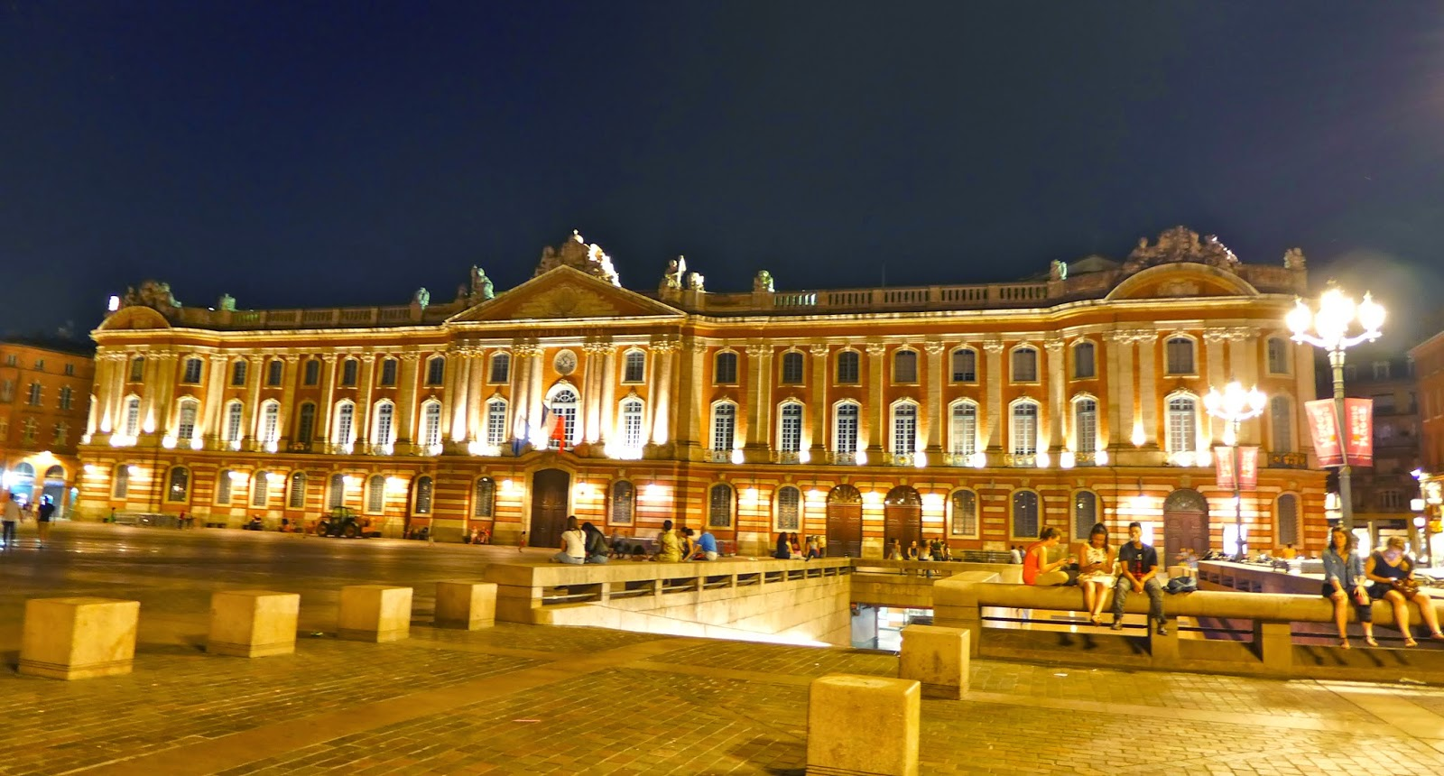 toulouse cheap place du capitole toulouse with toulouse perfect hearty dishes like cassoulet. Black Bedroom Furniture Sets. Home Design Ideas