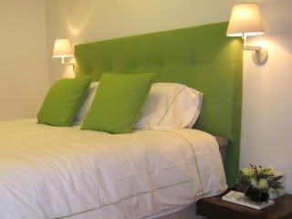 diseo de celia berliner que eligi un color verde de manzana fresca para compensar la ropa de cama blanca en esta habitacin