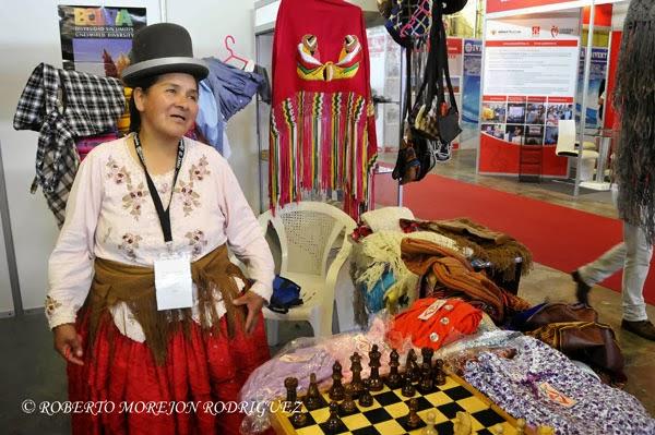 Chola paceña exponiendo sus productos artesanales en el stand de Bolivia, uno de los países de la Alianza Bolivariana para los Pueblos de Nuestra América (ALBA), en la XXXI Feria Internacional de La Habana, FIHAV 2013