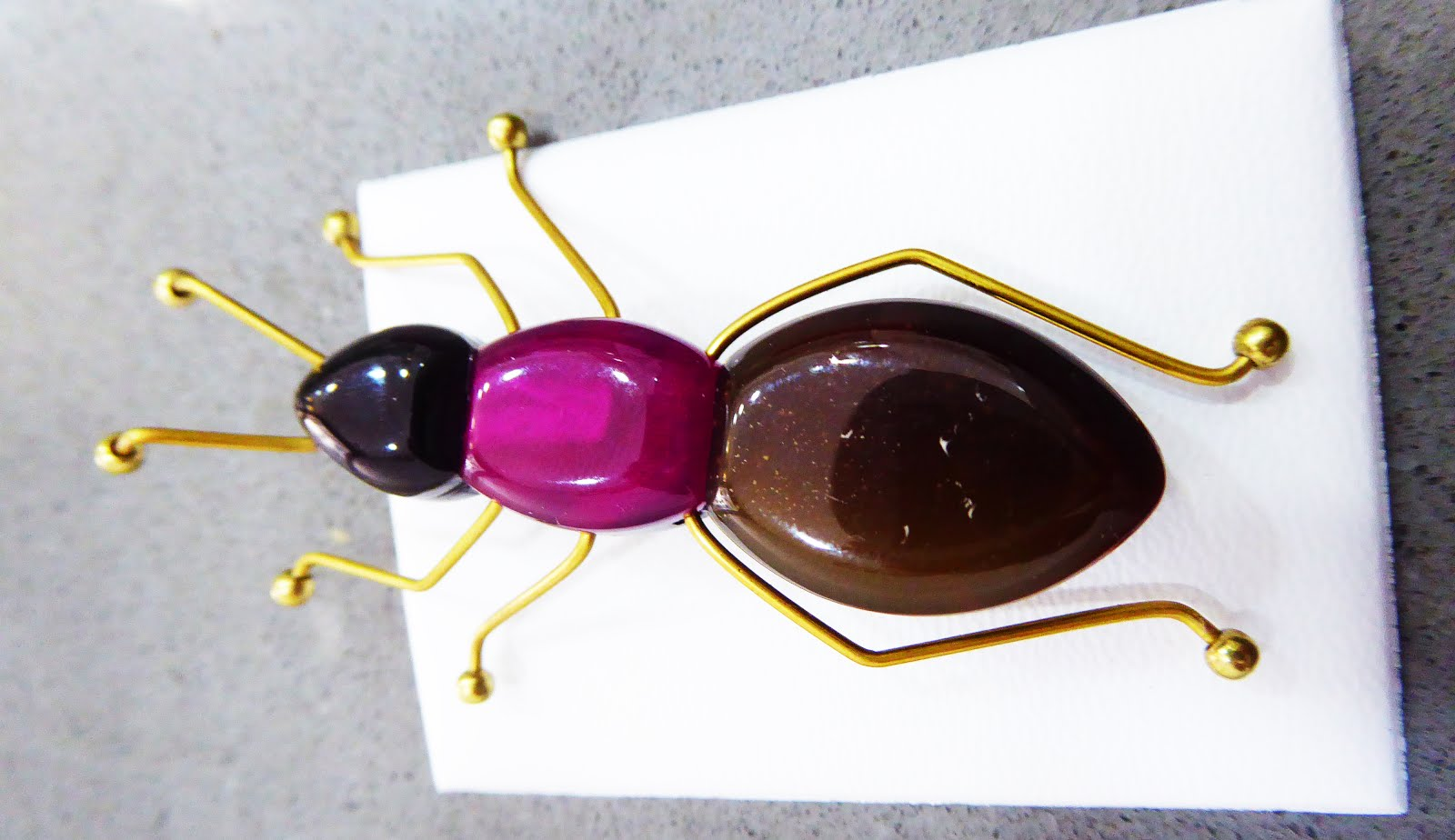 Broche de bisutería con forma de hormiga