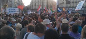 Imagen de la Puerta de Sol con los manifestantes y peregrinos, separados por la Policía