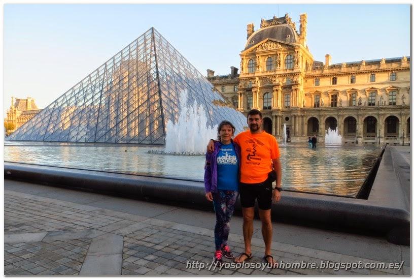 La pareja de runners hispánicus posando ante el Louvre