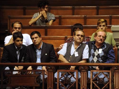 Ativistas observam a discussão sobre o casamento entre pessoas do mesmo sexo no Senado uruguaio (Foto: Miguel Rojo/AFP)