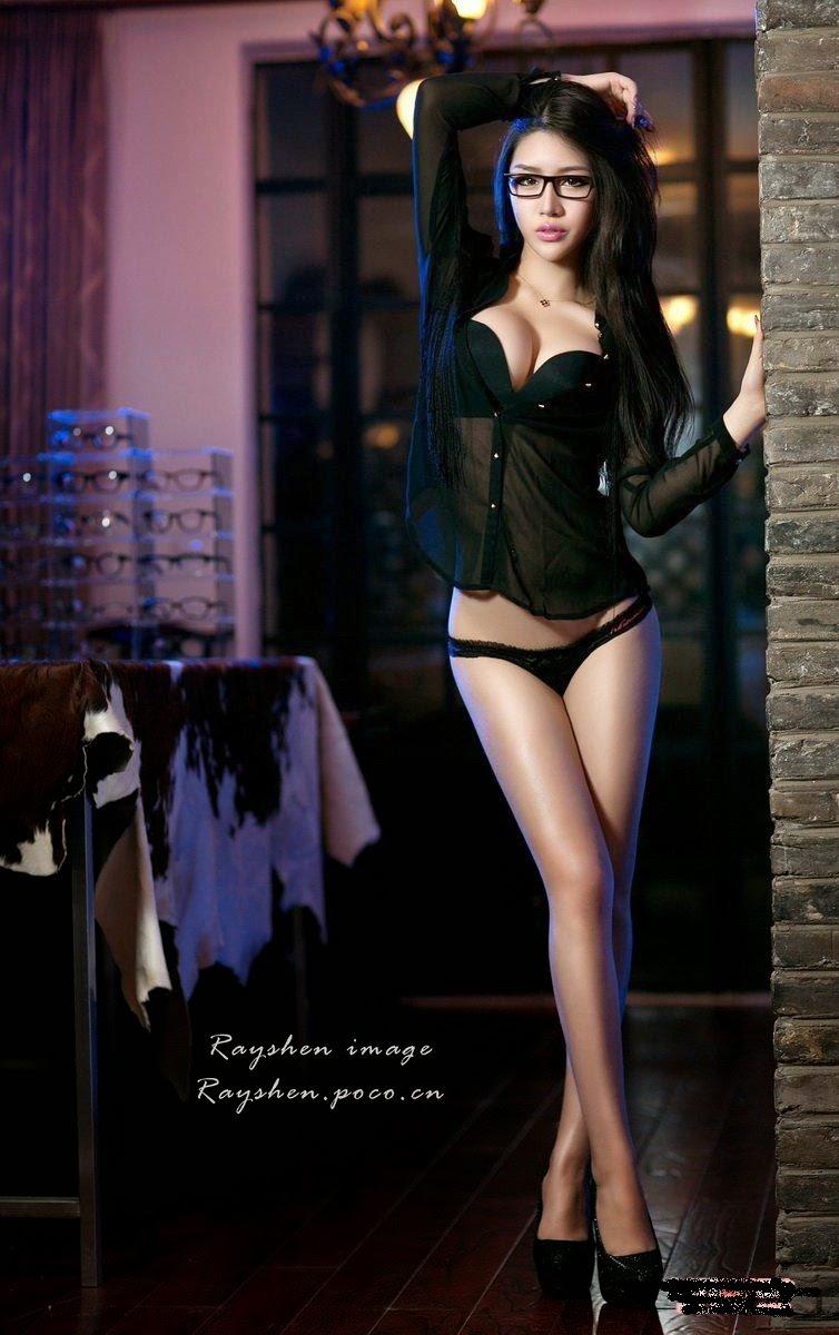 Big wave beauty black side glasses show coquettish lingerie