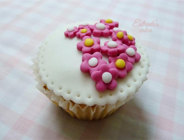 cupcakes de flores decorados con fondant - 2