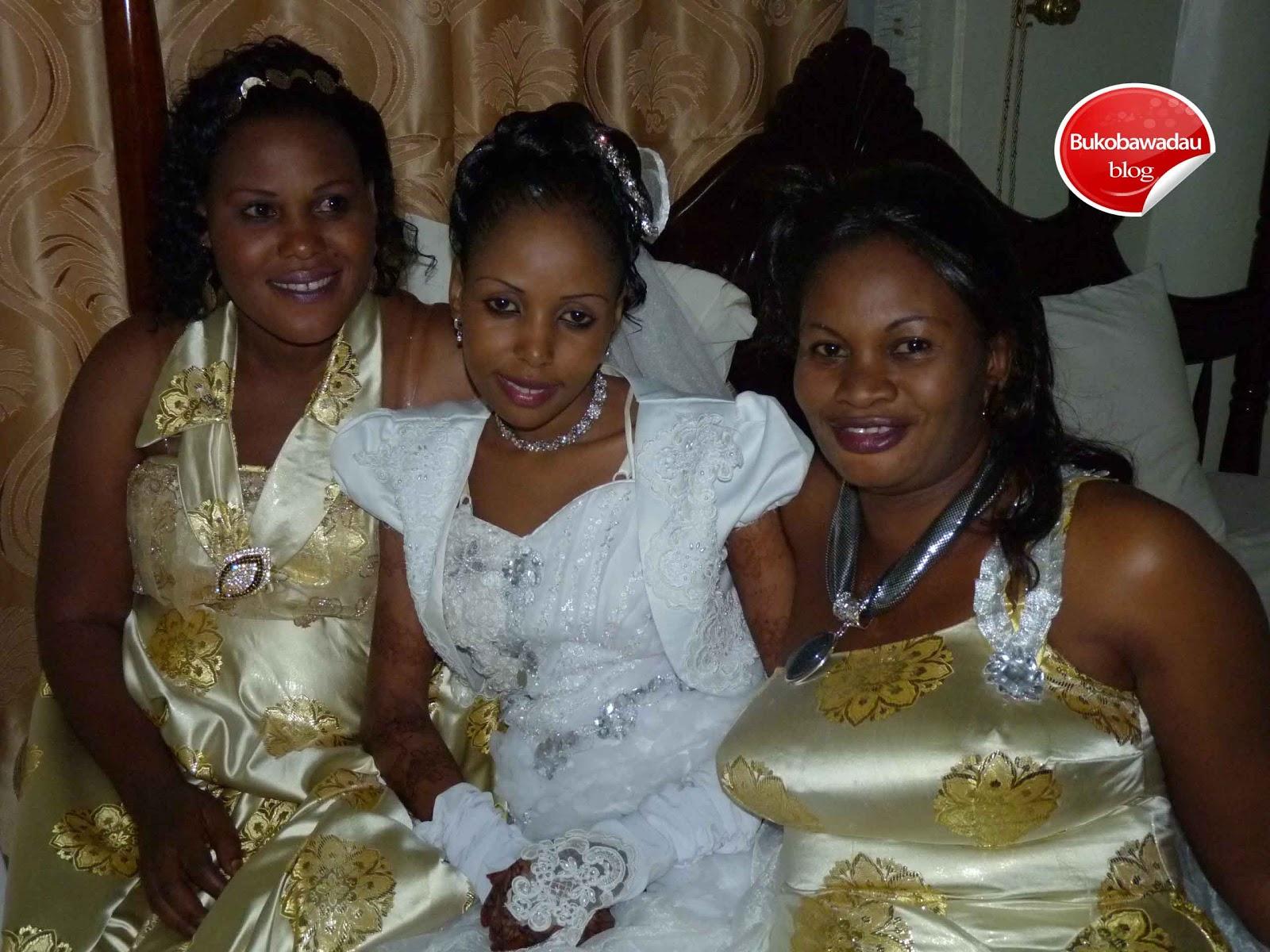 Kwa tabasamu mawifi wa Bi Harusi katika picha ya pamoja.