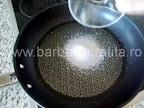 Mancare de gutui cu pui preparare reteta - in aceeasi tigaie topim zaharul dupa ce scoatem carnea