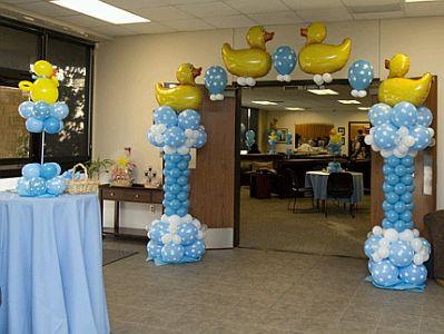 En esta otra decoración se juntaron columnas hechas de globos tradicionales con globos metálicos en forma de patos.