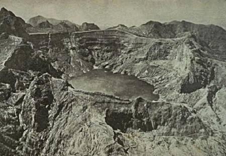 Pemandangan Gunung Kelud berikut danaunya dilihat dari atas pesawat pada tahun 1926.