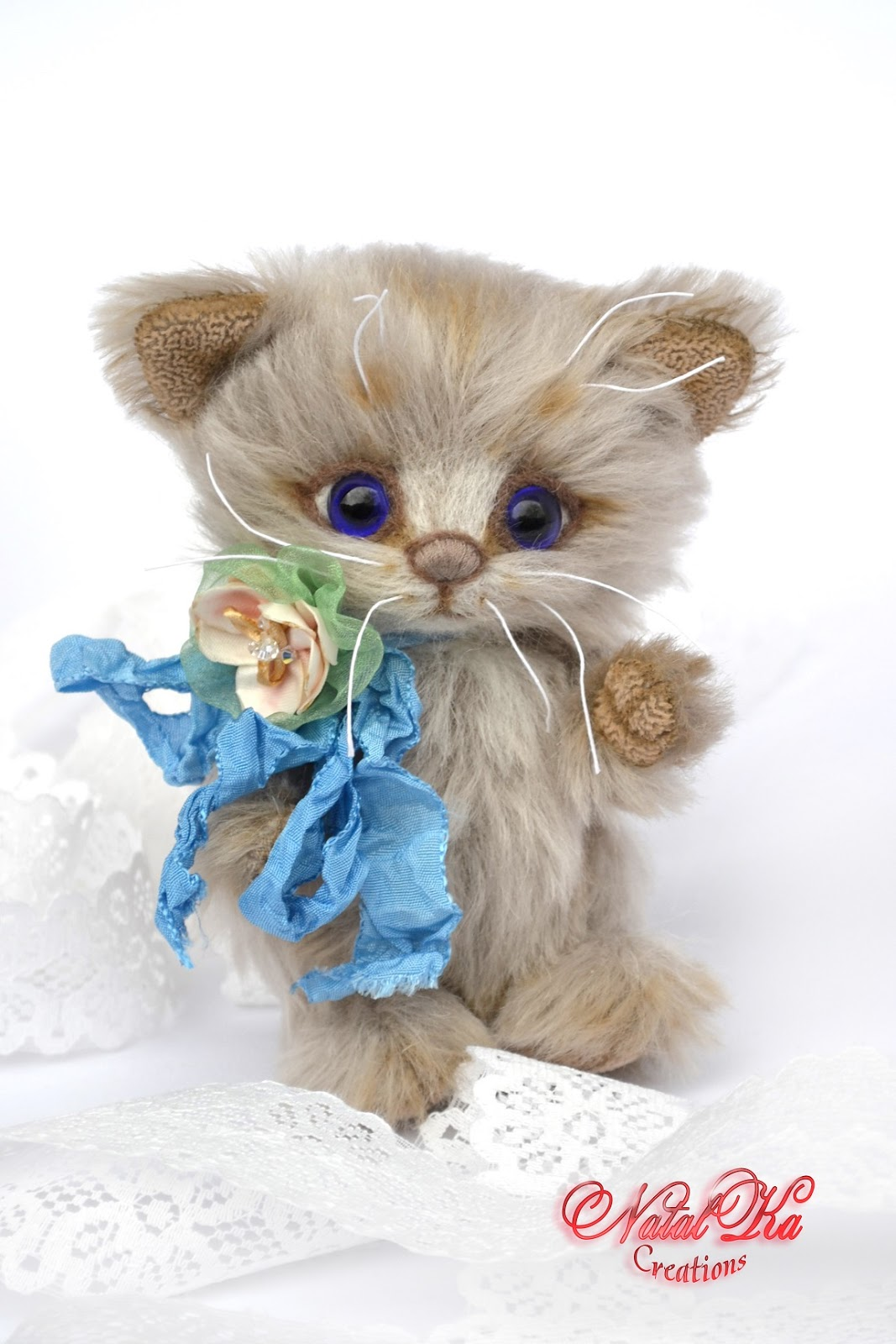 Artist teddy kitty, teddy bear, artist cat, ooak, jointed, teddies with charm, handmade by NatalKa Creations. Künstlerteddy Kätzchen, Katze, Künstlerbär, Teddybär, Unikat, Mohair, handgemacht von NatalKa Creations.