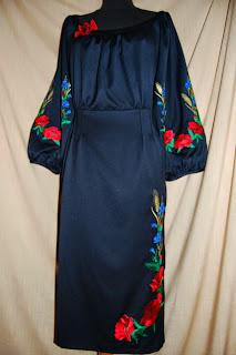 Элегантное вышитое платье из костюмной ткани с присборенным вырезом горловины в украинском стиле