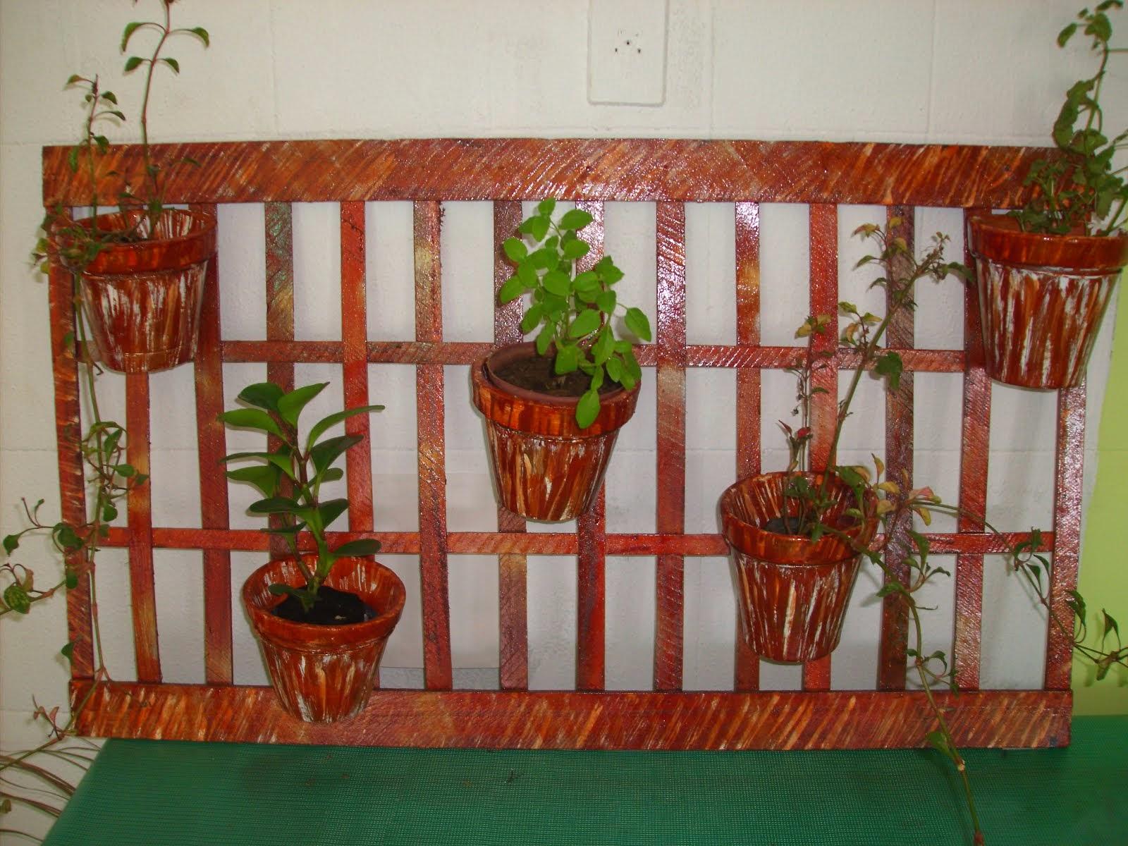 Jardim suspenso em madeira com 5 vasos