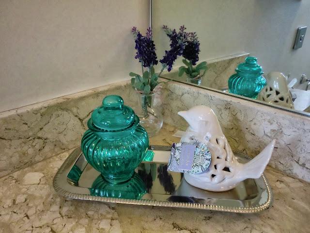 decoracao bandeja lavabo : decoracao bandeja lavabo:Lavabo chic – bandeja decorada para banheiros – Casa e Reforma
