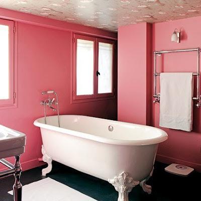 Diseño de lindo baño clásico de color rosa