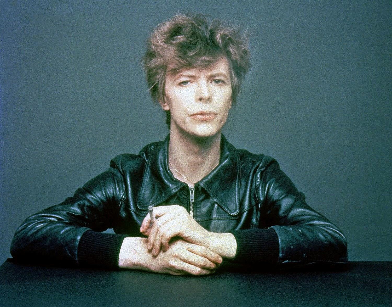 l'immense David Bowie est décédé après avoir publié son ultime chef-d'oeuvre, ★ (Blackstar)  The+Outtakes+of+David+Bowie's+Iconic+%E2%80%9CHeroes%E2%80%9D+Album+Cover+Shoot+(3)