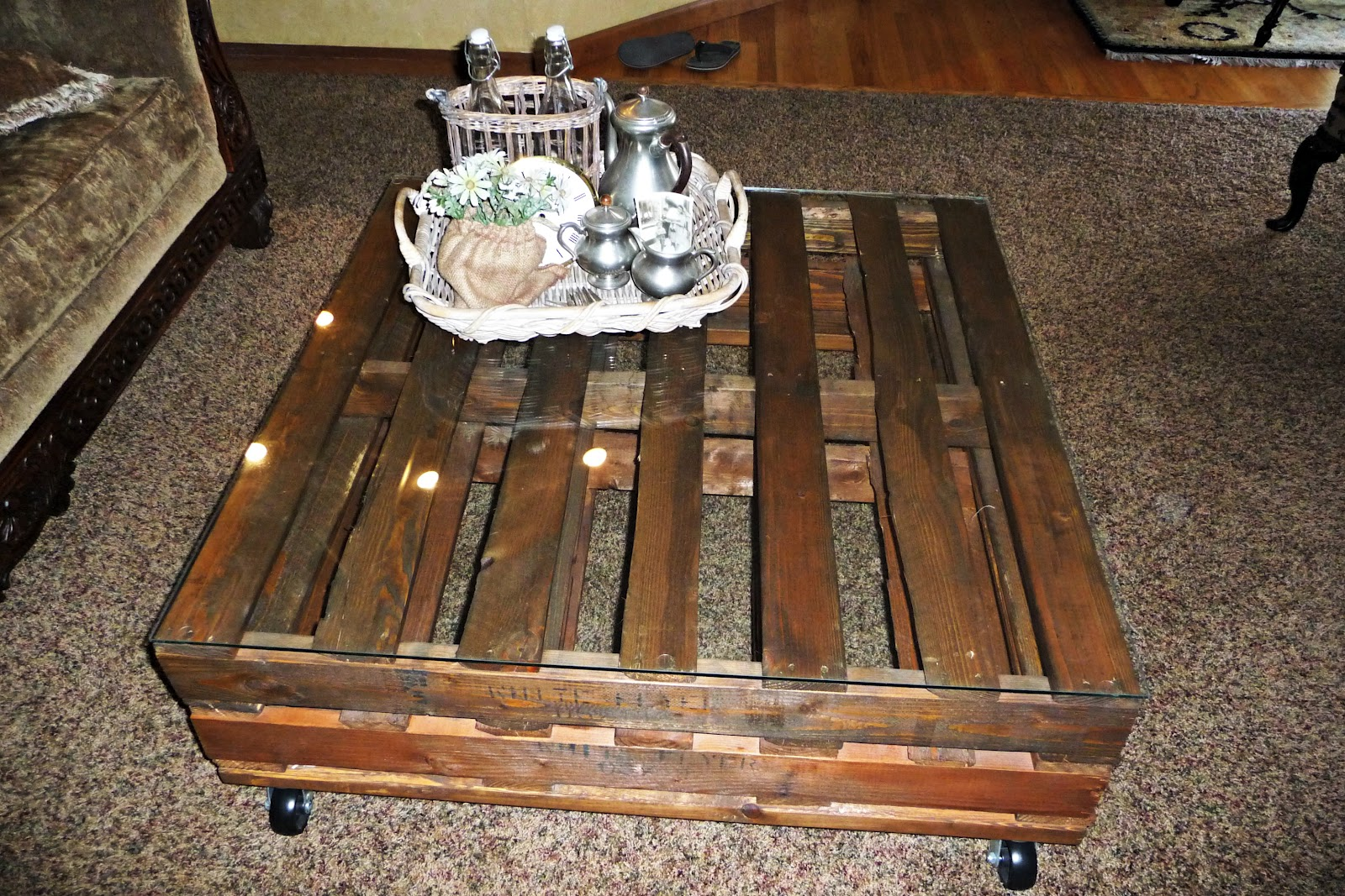 Creative Juices for Decor: DIY Pallet Coffee Table Adds Character ...