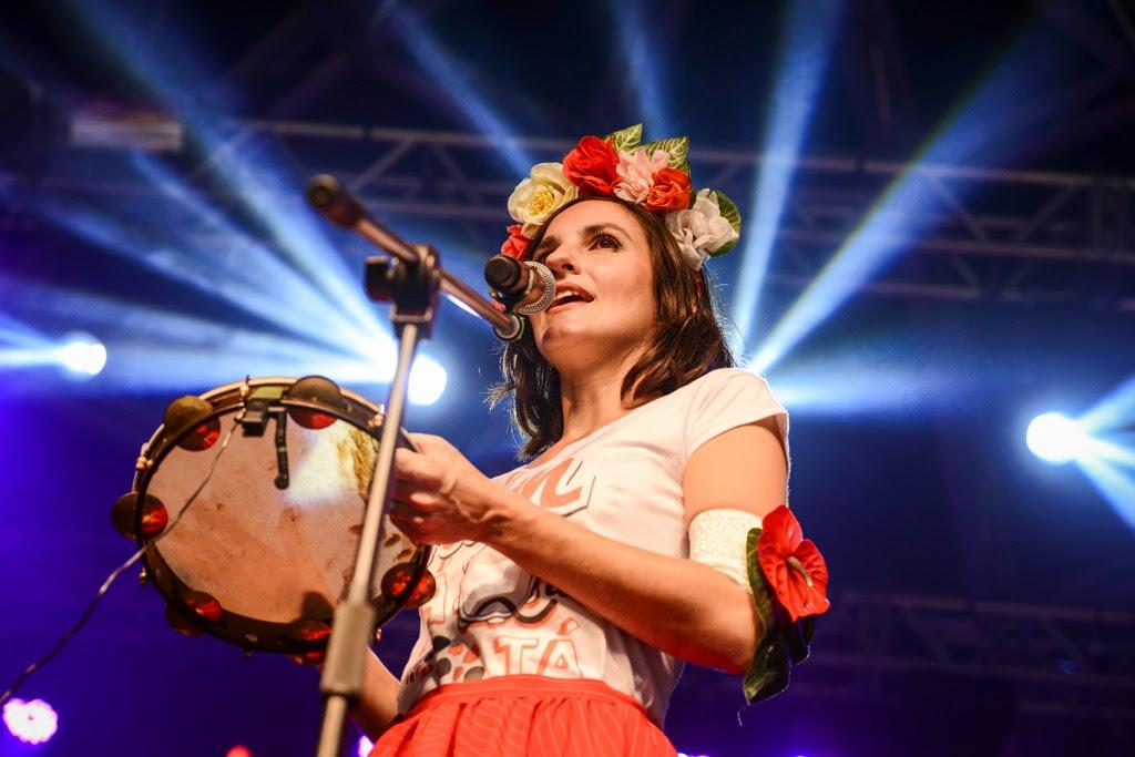 Rio Marchinhas 2014: Clarice Magalhães, cantora e regente da Orquestra de Pandeiros Tum Tá Que Tá. Foto: Páprica Fotografia