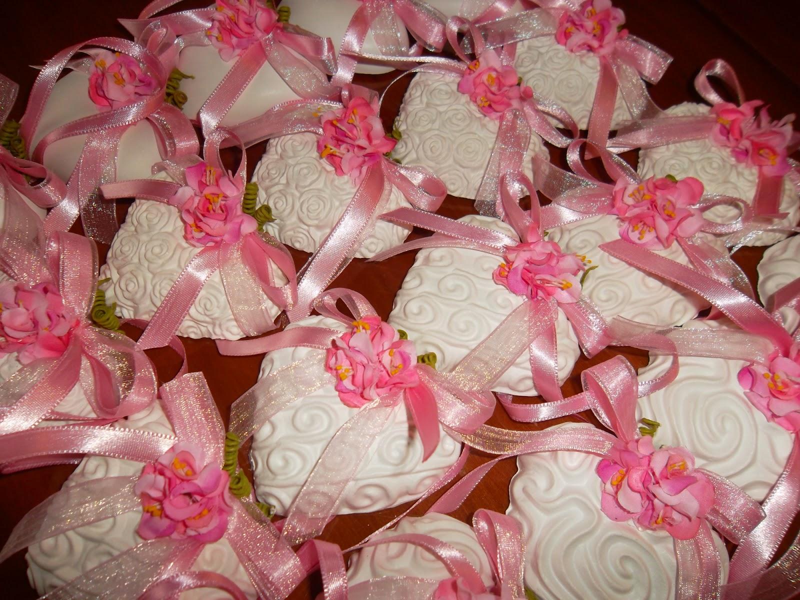 Marianna creazioni e ricami cuori bianchi nastri e fiori for Fiori bianchi profumati