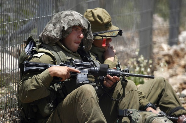 israël Israeli+soldiers+patrol+along+the+border+fence+between+the+Israeli-annexed+Golan+Heights+and+Syria+next+to+the+Druze+village+of+Majdal+Shams+%252810%2529
